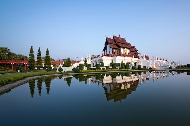 Królewski pawilon w royal park rajapruek chiang mai, tajlandia (ho kham luang).