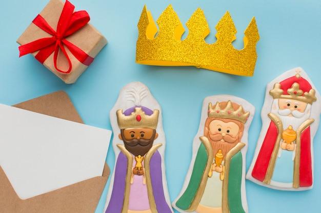 Królewskie figurki jadalne herbatniki i złota korona
