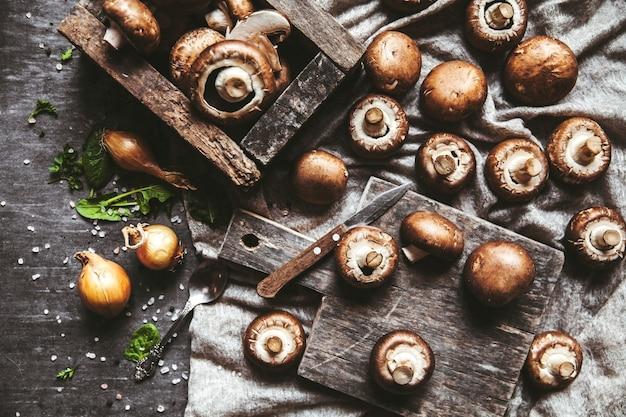 Królewskie grzyby na ręczniku kuchennym. gotowanie potraw