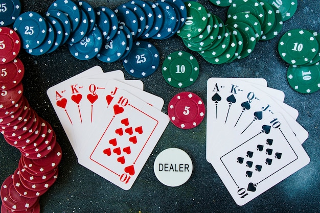 Królewskie karty do pokera flash i blackjacka na ciemnej powierzchni