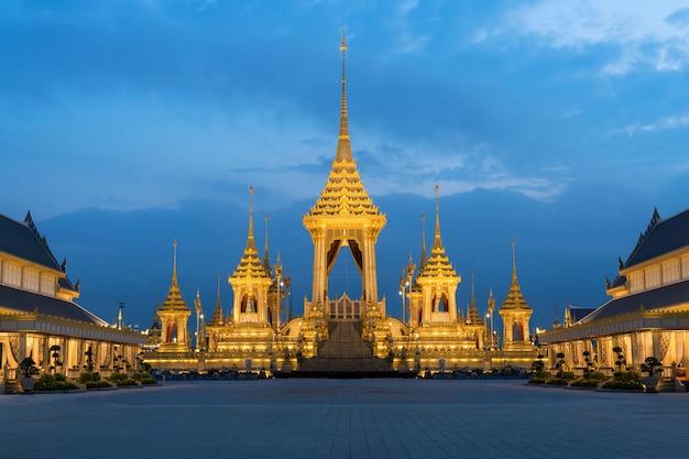 Królewskie krematorium dla królewskiej kremacji jego królewskiej mości króla bhumibola adulyadej w bangkoku w tajlandii.