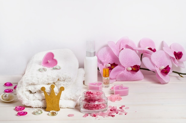 Królewskie leczenie uzdrowiskowe, masaż jako prezent na walentynki z miejsca na kopię na białym tle. do salonów kosmetycznych.