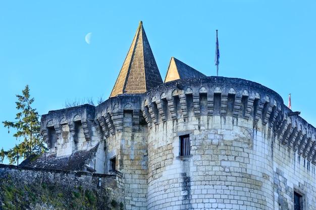 Królewskie miasto loches francja wiosna widok. został zbudowany w ix wieku.