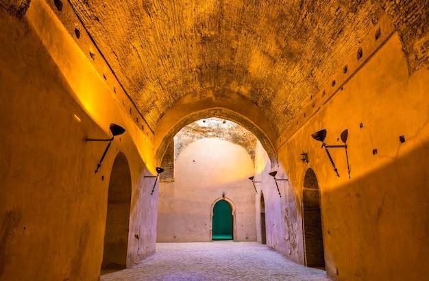 Królewskie stajnie i spichlerze moulay ismail w meknes, maroko