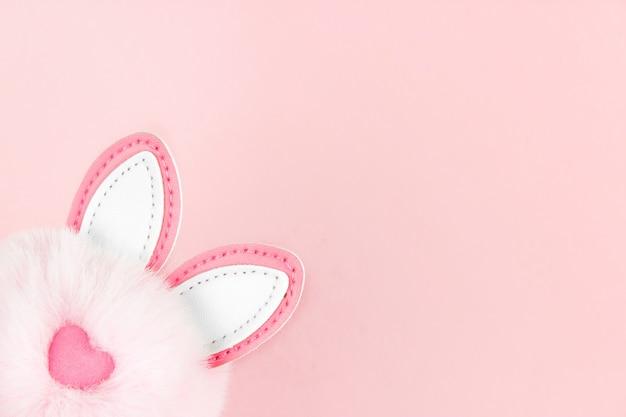 Królicze uszy różowe tło. projekt wakacje wiosna.