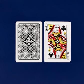 Królowa kart do gry z gładkim niebieskim tłem dla pokera i kasyna copyspace