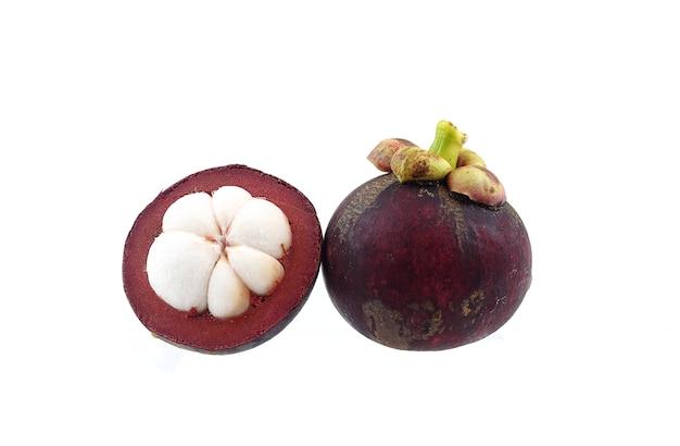 Królowa owoców tajskich - mangostan na białym tle