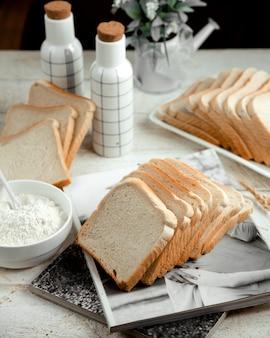 Kromka białego chleba ze śmietaną