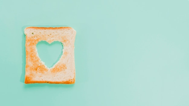 Kromka chleba tostowego w kształcie serca