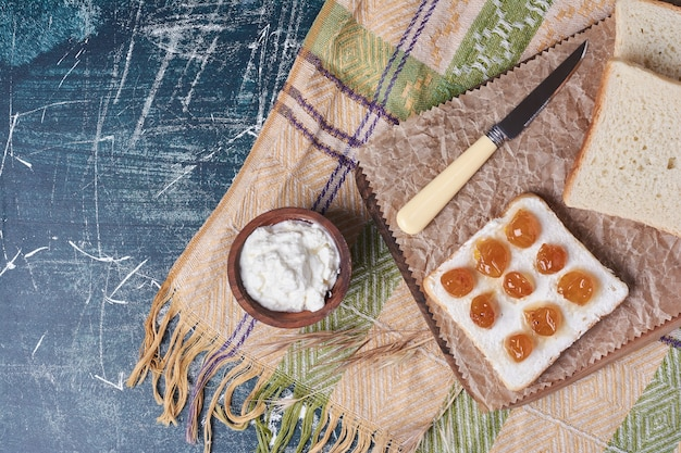 Kromka chleba tostowego z konfiturą z jogurtu i wiśni.