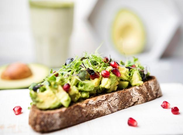 Kromka chleba z makaronem z awokado i warzywami widok z przodu