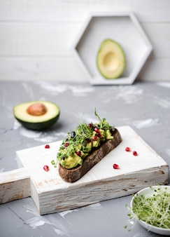 Kromka chleba z makaronem z awokado i warzywami
