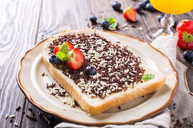 Kromka chleba z posypką czekoladową