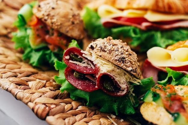 Kromka chleba z serem i kiełbaskami w środku