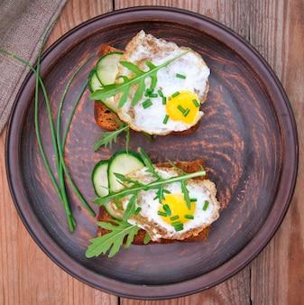 Kromka chleba z sosem musztardowo-serowym i jajkiem