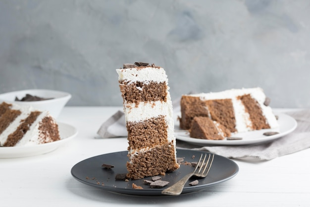 Kromka ciasta na talerzu