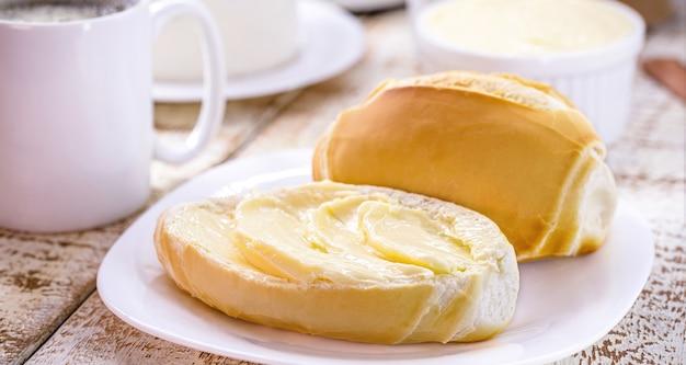 Kromka słonego chleba pokrojonego z masłem, w brazylii zwanego francuskim chlebem, brazylijskie śniadanie