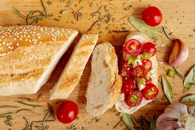 Kromki białego chleba z pomidorami