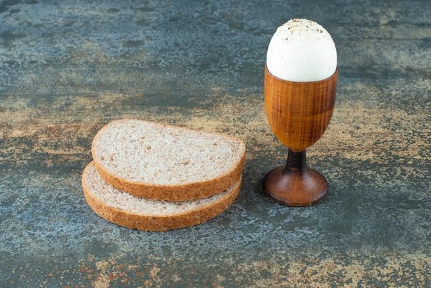 Kromki chleba gotowane na marmurowym tle