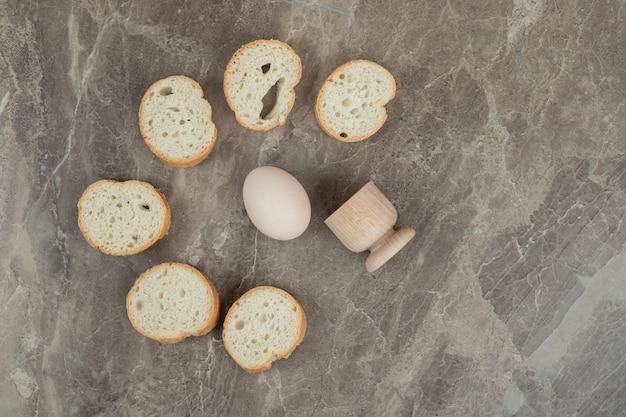 Kromki chleba i jajka na tle marmuru. wysokiej jakości zdjęcie