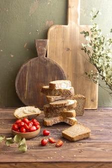 Kromki chleba leżące na drewnianym stole
