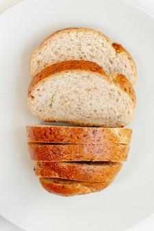 Kromki chleba na białym talerzu widok z góry