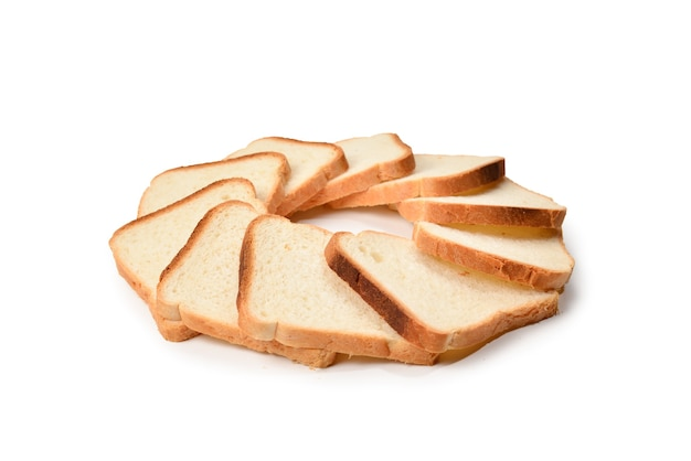 Kromki chleba na białym tle.