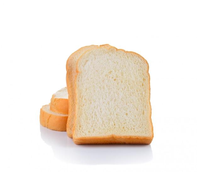 Kromki chleba na białym tle