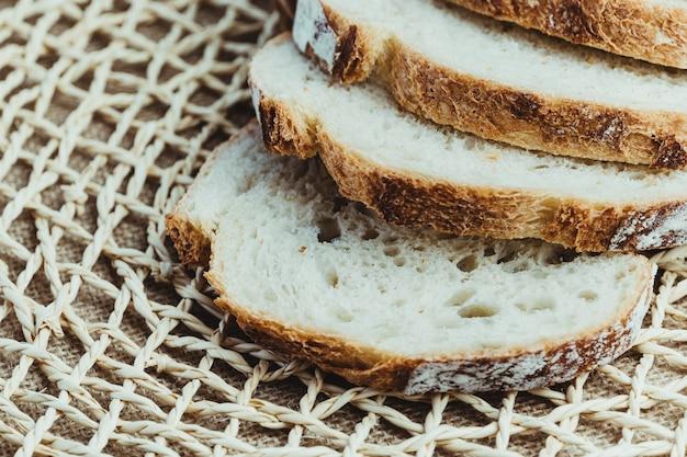 Kromki chleba na zakwasie na rustykalnym ruszcie