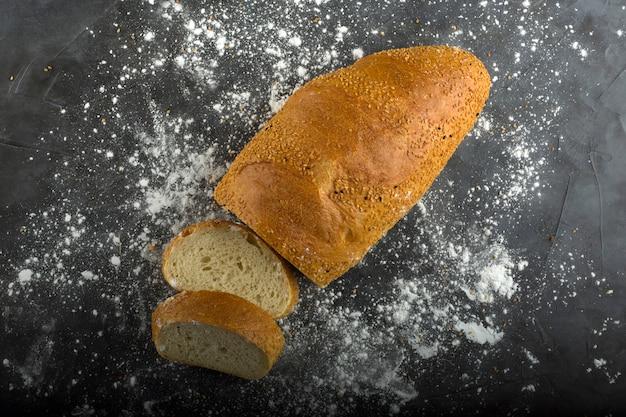 Kromki chleba pszennego i mąka na ziemi