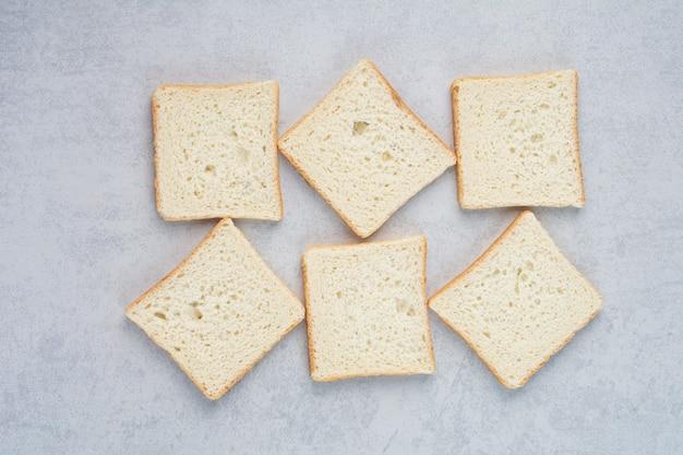 Kromki chleba tostowego na tle marmuru. wysokiej jakości zdjęcie
