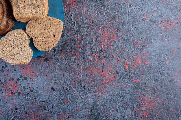 Kromki chleba tosty na tle.