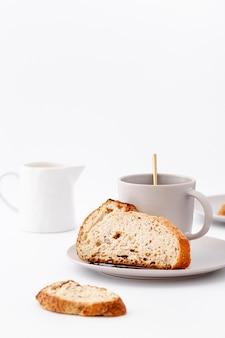 Kromki chleba z filiżanką herbaty widok z przodu