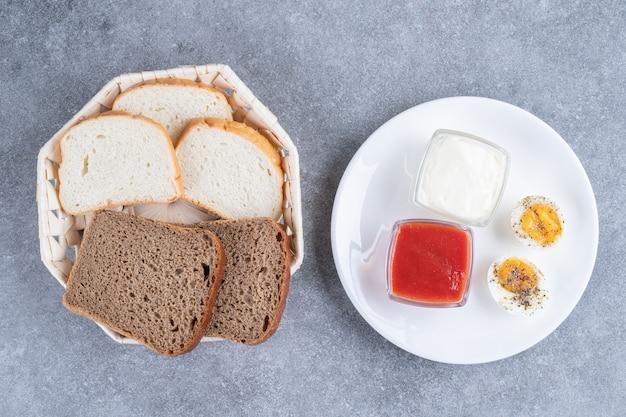 Kromki chleba z gotowanym jajkiem i sosem. wysokiej jakości zdjęcie