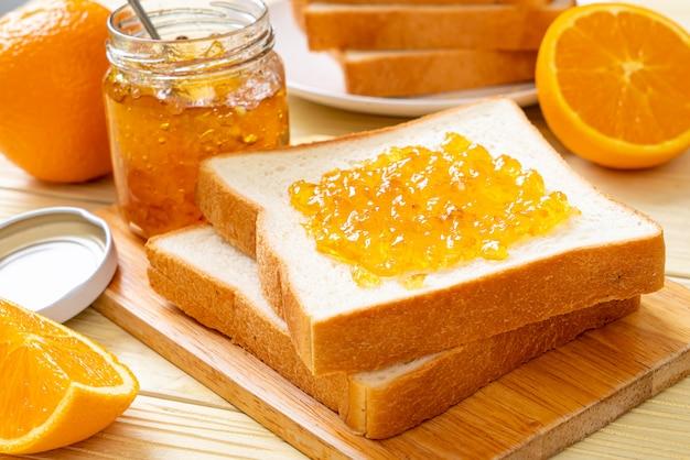 Kromki chleba z konfiturą pomarańczową