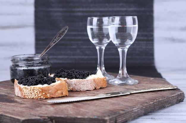 Kromki chleba z masłem i czarnym kawiorem