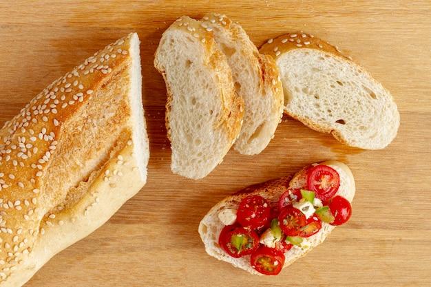 Kromki chleba z pokrojonymi pomidorami