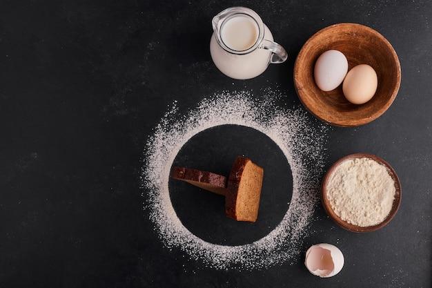 Kromki chleba ze składnikami wokół, widok z góry.