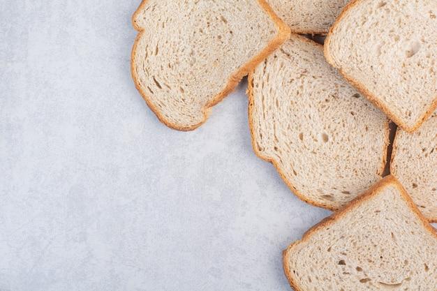 Kromki chleba żytniego na kamiennym tle. wysokiej jakości zdjęcie