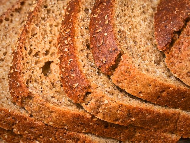 Kromki chleba żytniego z bliska.