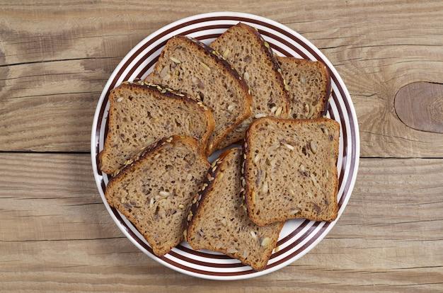 Kromki chleba żytniego z różnymi nasionami