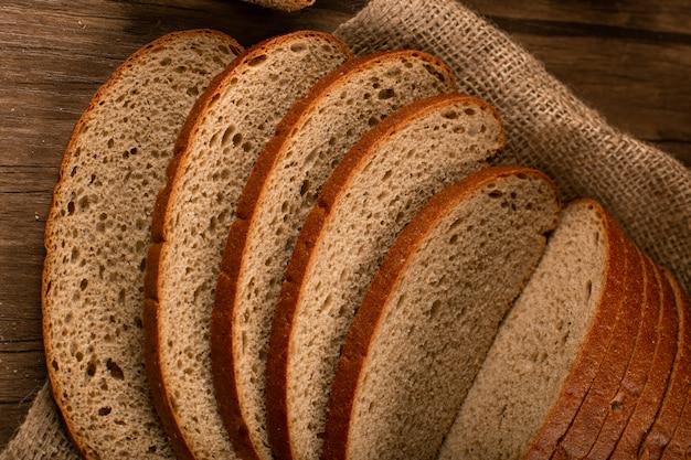 Kromki ciemnego chleba na obrusie