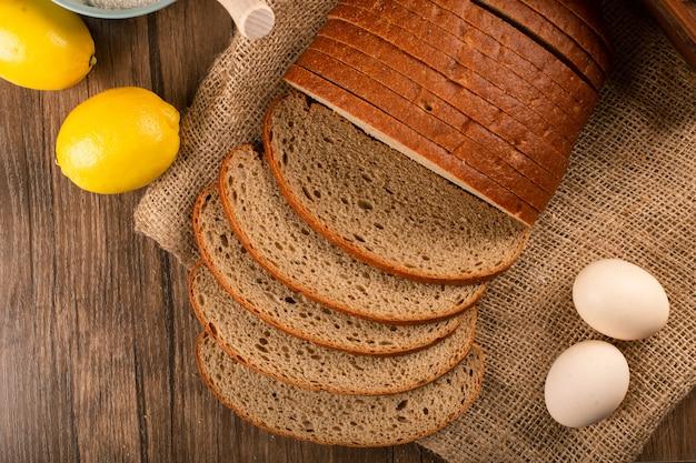 Kromki ciemnego chleba z cytrynami i jajkami