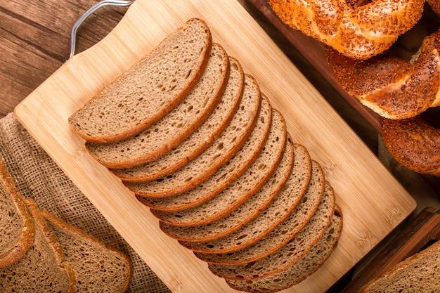 Kromki ciemnego i białego chleba i bułek tureckich