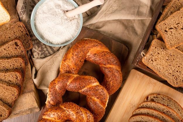 Kromki ciemnego i białego chleba z tureckimi bułeczkami