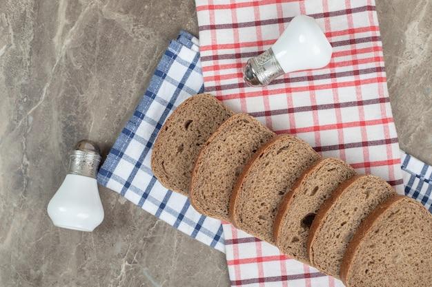 Kromki czarnego chleba i sól na obrusach. wysokiej jakości zdjęcie