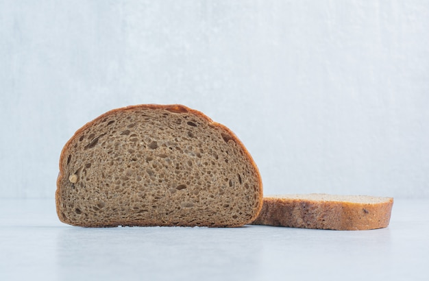 Kromki czarnego chleba na niebieskim tle. wysokiej jakości zdjęcie