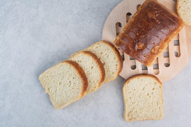 Kromki miękkiego chleba na marmurowej powierzchni