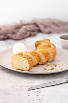 Kromki pieczonego chleba bagietki na talerzu