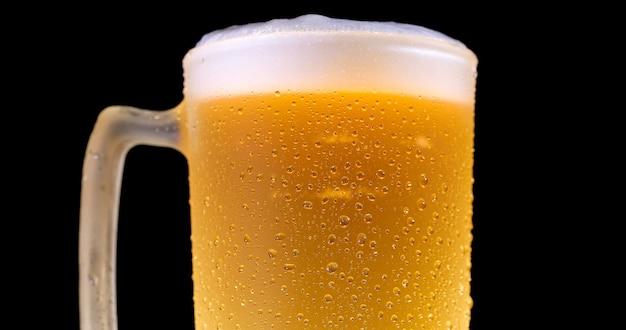 Kropelki na świeżo nalanym piwie szczegółowo makro pyszne nieostre